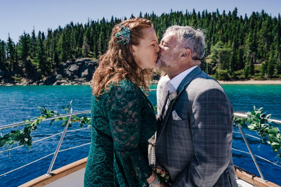 Image de mariage Tahoe Bleu Wave Boat capturée sur l'eau.