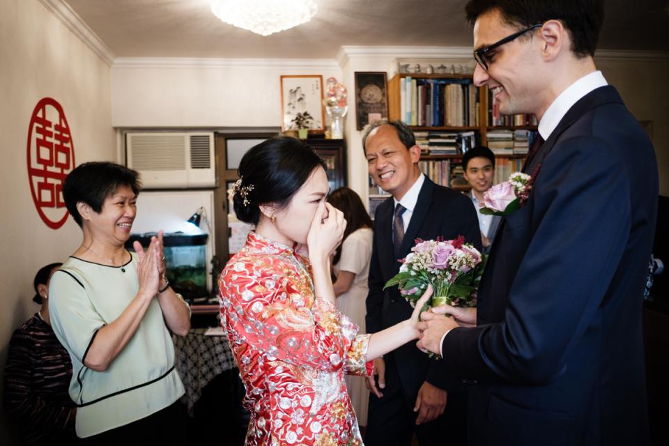Image de la mariée à la maison avant de se rendre au registre des mariages Tsim Sha Tsui de Hong Kong