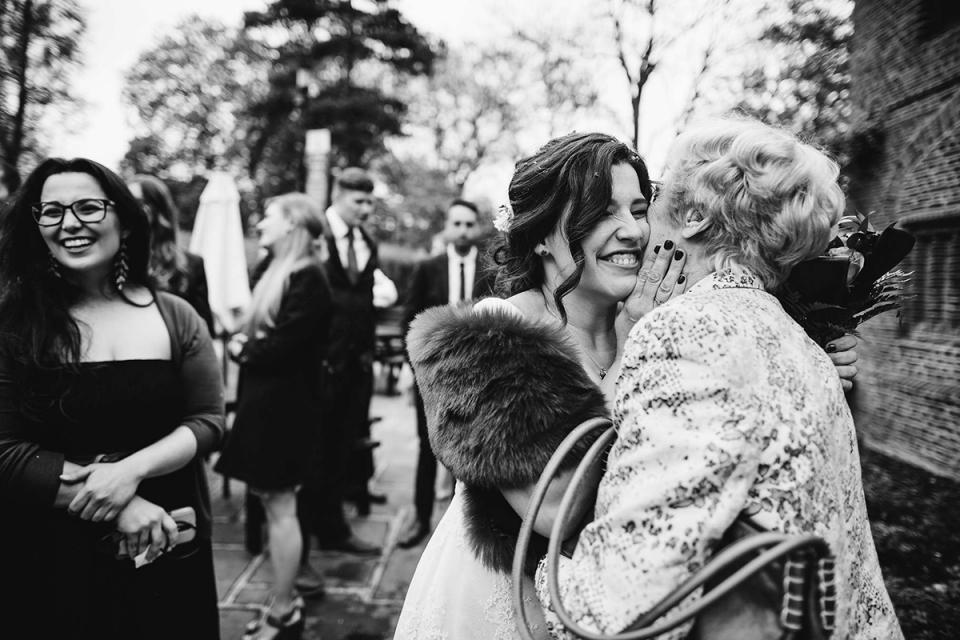 Huwelijkspaar dat in Tudor Barn, het UK wordt gefotografeerd