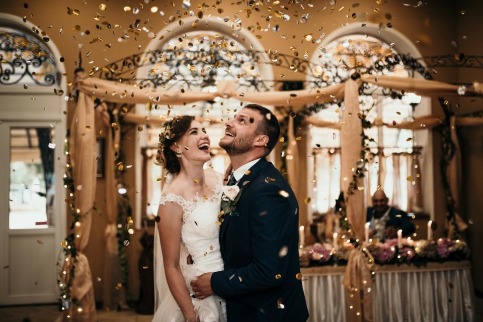 I coriandoli sorvolano gli sposi al ristorante Drakata | Fotografia di matrimonio a Lovech, in Bulgaria