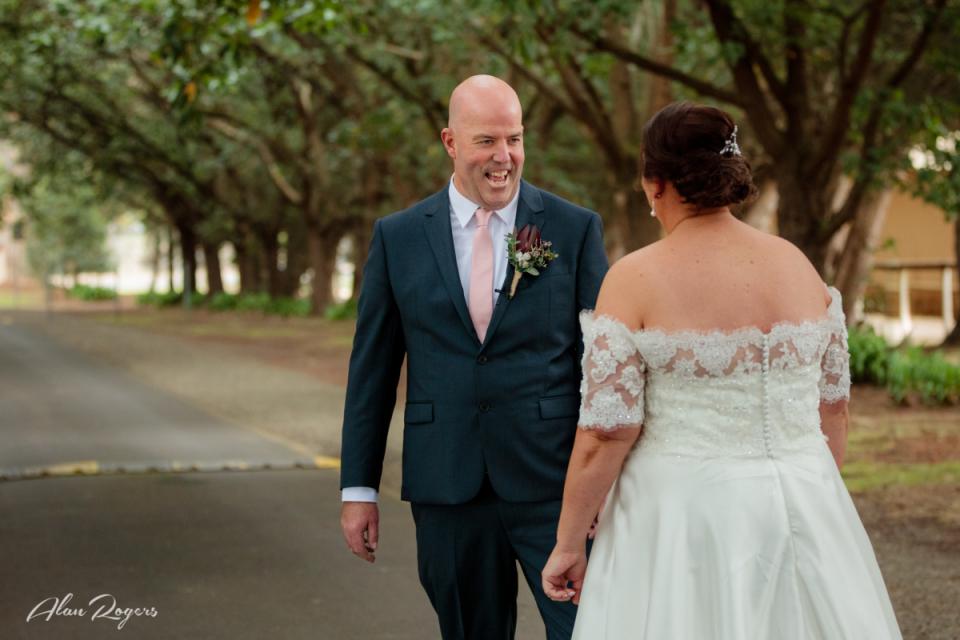 Image de mariage pendant le premier regard des mariés, mariage à Horsham, Victoria, Australie.