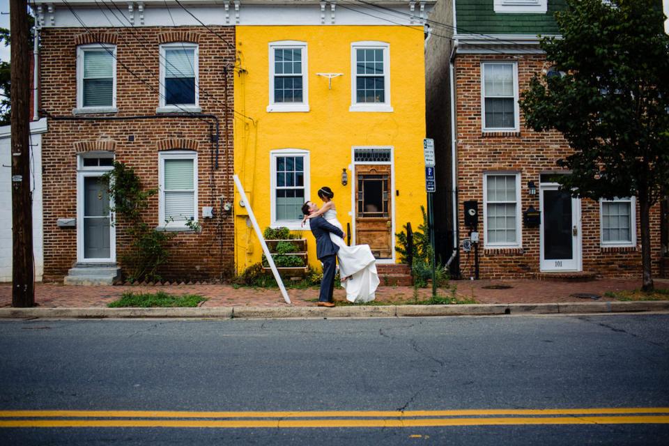 Retrato de día de la boda de COVID de la pareja de un hotel de Alexandria, Virginia - Foto de Natasha Lamalle