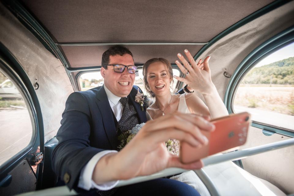 Albi, France Elopement Photo des mariés dans la limousine par Loic Bourniquel