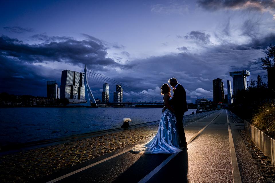 Rotterdam, NL, Boompjes Blue Hour Elopement Couple Portrait Image par Karin Keesmaat