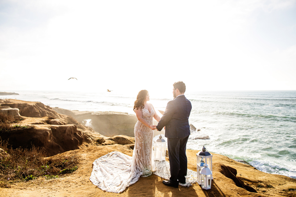 Imagen de boda de destino de playa de CA de una ceremonia de Sunset Cliffs, San Diego, CA - Fotografía de fuga por Michelle Arlotta