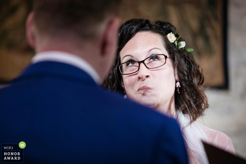El fotógrafo de bodas de Chiesa del Carmine capturó a esta novia en un pensativo momento de reflexión durante la ceremonia de boda.