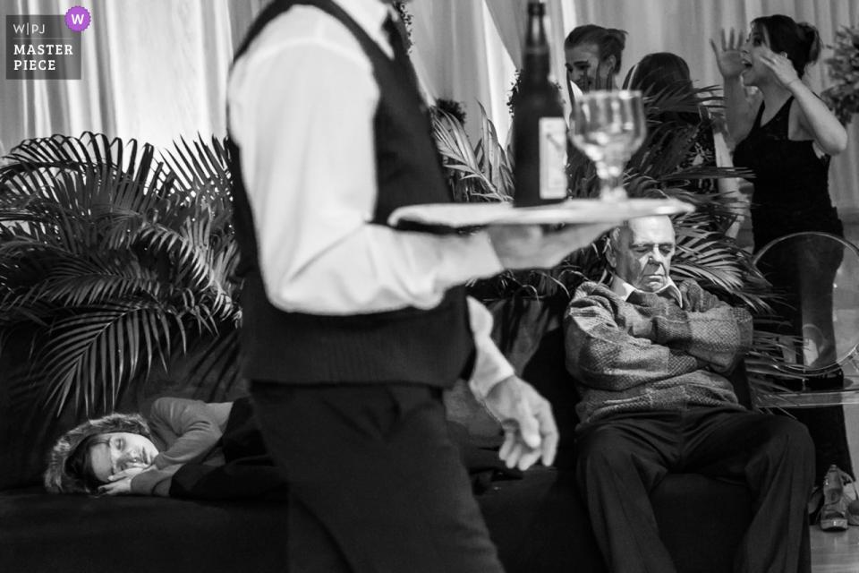 Espaço Joseville, Pare de Minas man sleeps in chair during the wedding reception