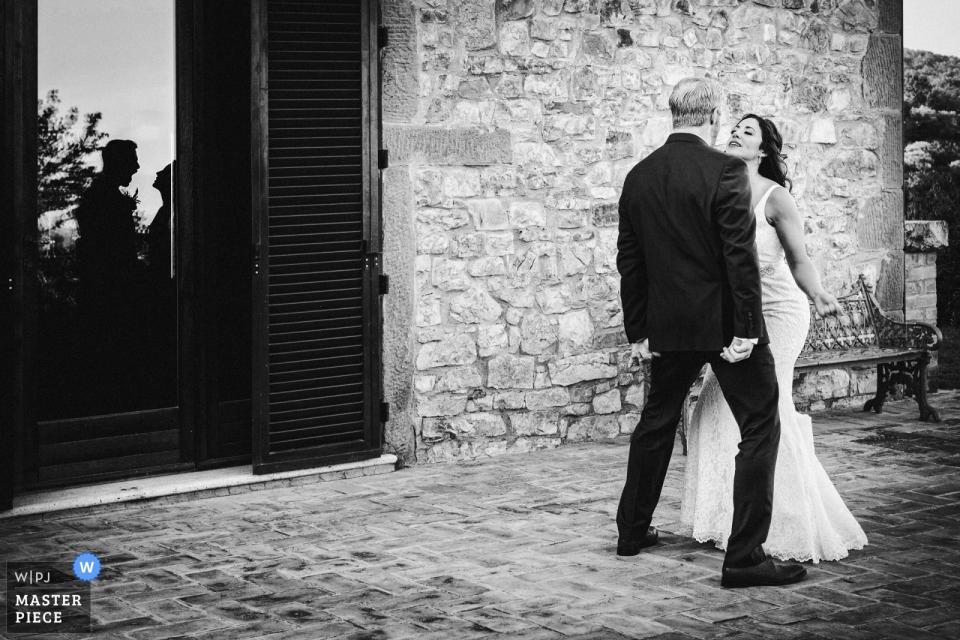 Il Belpoggio su Todi novia y el novio bailando afuera