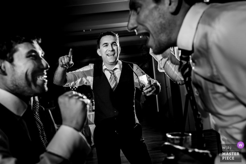 Bräutigam und Trauzeugen tanzen und singen bei der Hochzeitsfeier im Schloss Geisa