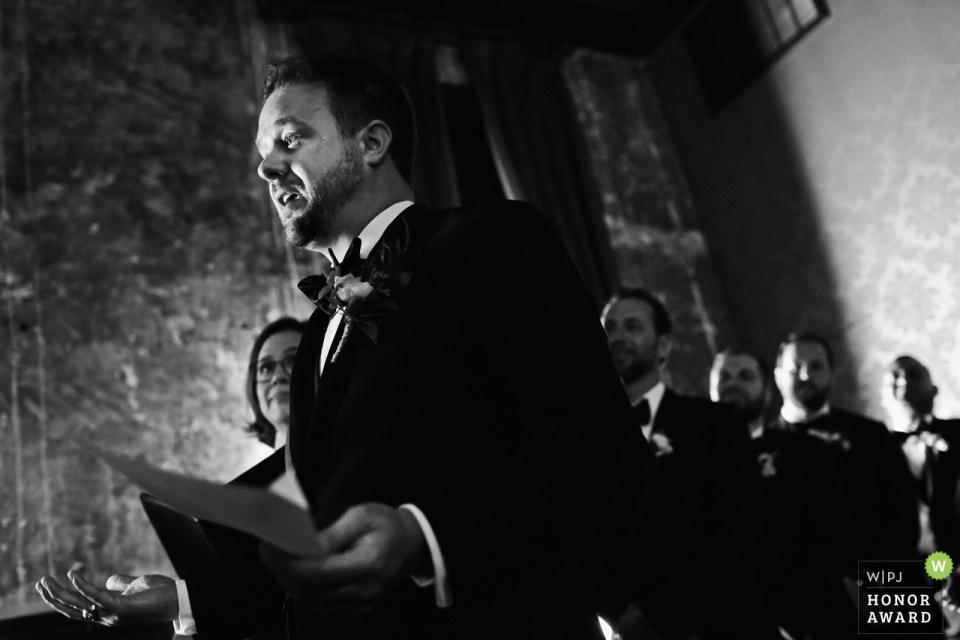 Bräutigam, der emotional erhält, seine Gelübde seiner Frau zu lesen, um während der Hochzeitszeremonie zu sein