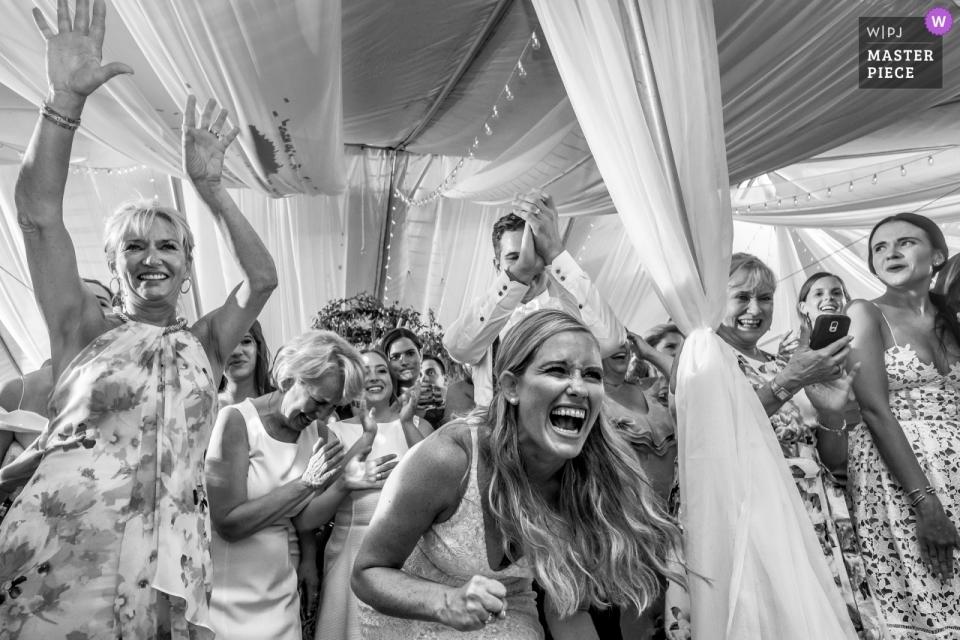 Eine wilde Empfangsparty für diese Braut und ihre Freunde in der Brengman Brothers Winery, Traverse City, MI