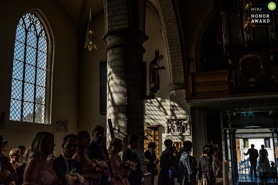 Die Gäste bereiten sich darauf vor, das frisch verheiratete Paar - die Hochzeitsfotografie im Chateau de l'Ardoisière - zu begrüßen