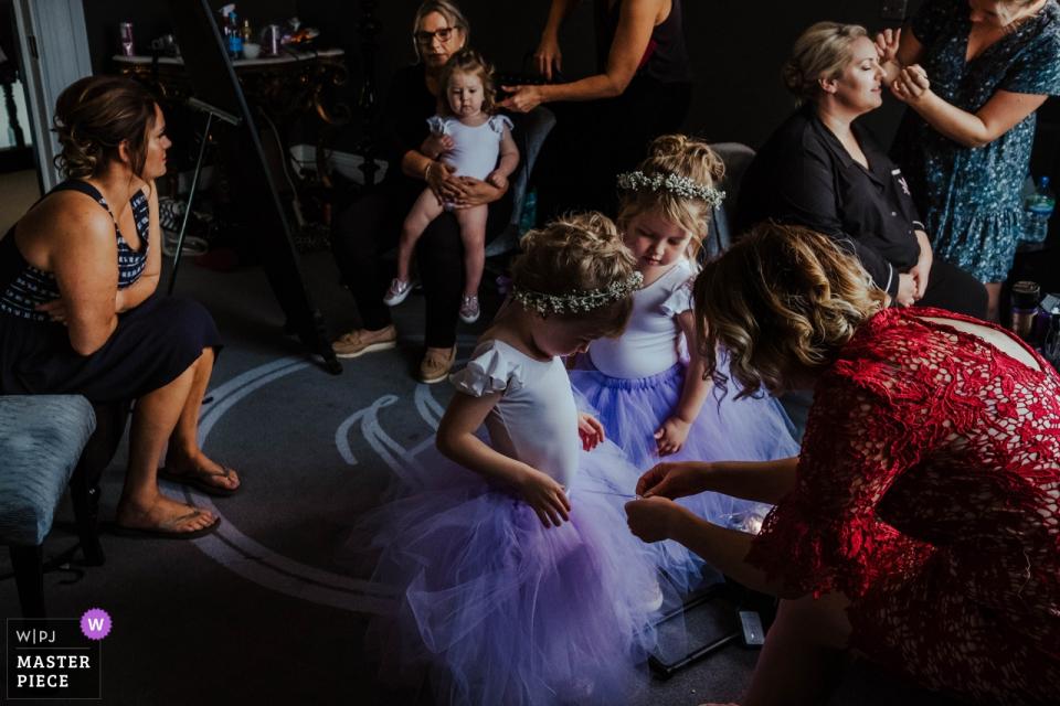 Swynford Manor, Suffolk Hochzeitsfoto von Mädchen, die sich für die Hochzeit in ihren Kleidern fertig machen