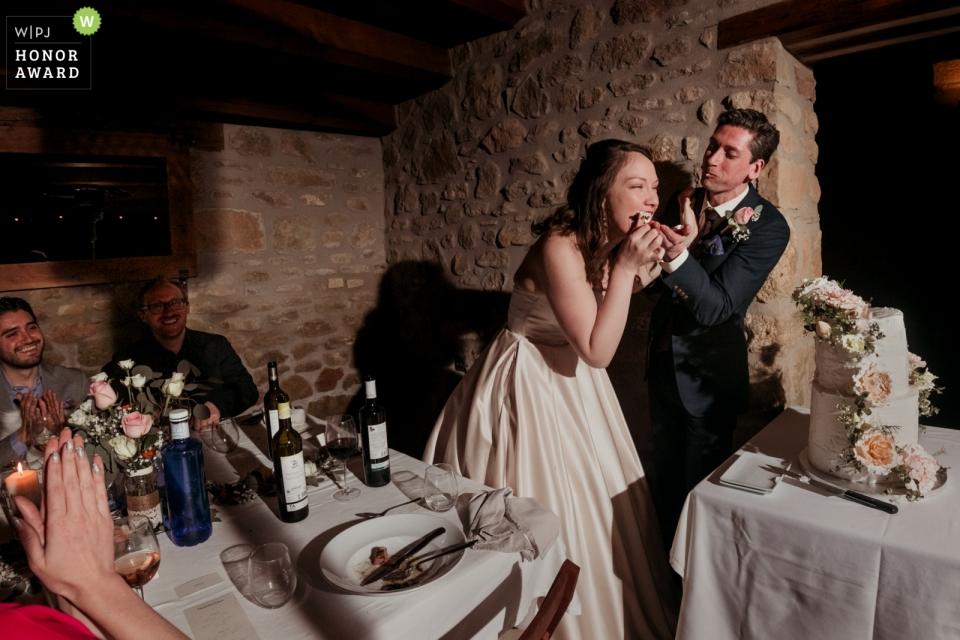 Gipuzkoa Biscaya Hochzeitsfotograf macht Bilder von der Torte schneiden und füttern.