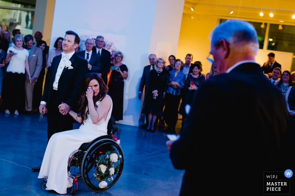 Das Glade Cultural Center Hochzeitsfotografie | Der Vater der Braut hält eine Begrüßungsrede und äußert sich persönlich zu seiner Tochter.