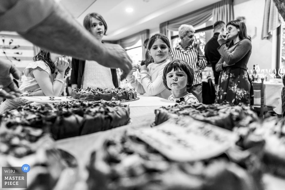 Restauracja La Colletta - czarno-biała fotografia recepcji Paesany (Cuneo) z dziećmi do jedzenia