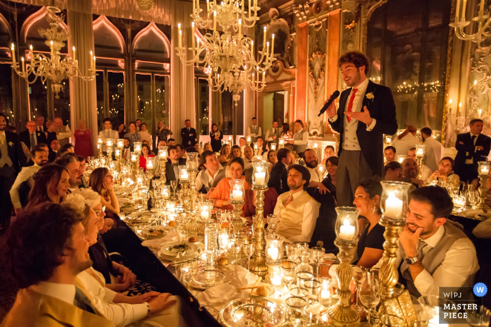 Pisani Moretta Palace - Venice Wedding Reception Photography | The witness of the bride makes a speech in front of a hundredth of guests in a fairy tale atmosphere.