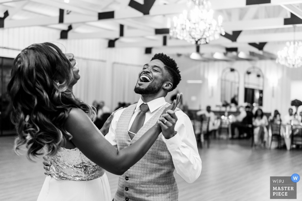 Der Meilenstein - Georgetown, TX Hochzeitsfoto - Eine Schwester ersetzt eine verstorbene Mutter für einen ersten Tanz mit dem Bräutigam bei einer Hochzeit in Zentral-Texas.