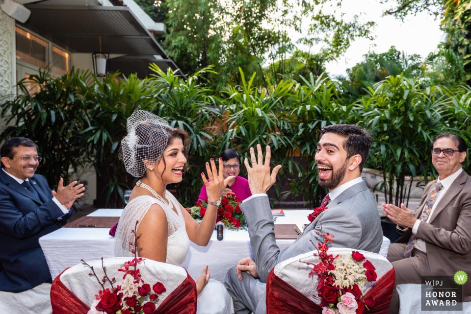 Shangri-La Hotel Singapore Hochzeitsveranstaltungsort Fotografie   Paar zeigt glücklich ihre Ringe