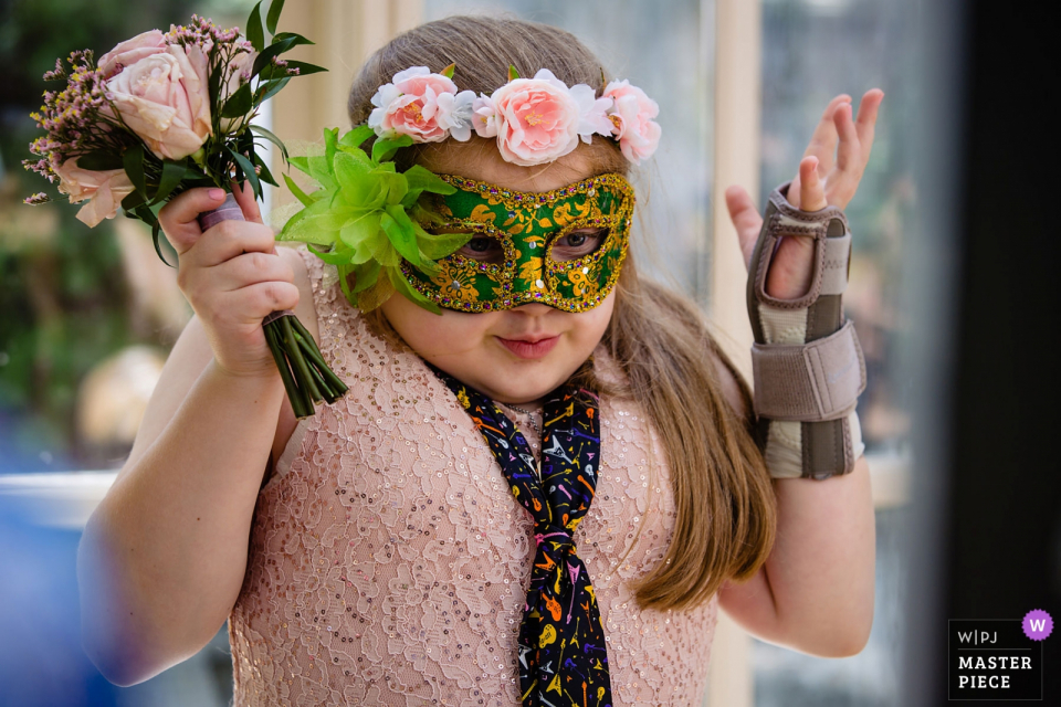 """The Brownstone, Paterson, NJ Hochzeitsfotograf: """"Blumenmädchen macht etwas in der Ecke. Dachte, es war bezaubernd."""""""
