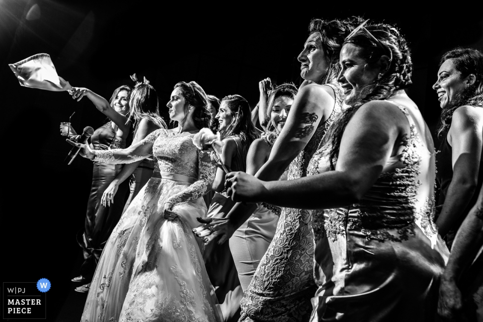 Villa Ricci eventos Mogi guaçu wedding photography in black and white showing the dancing bride with friends
