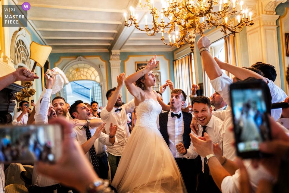 Castello Benso di Mercenasco TO Wedding Venue Zdjęcia przyjaciół młodej pary w imprezie