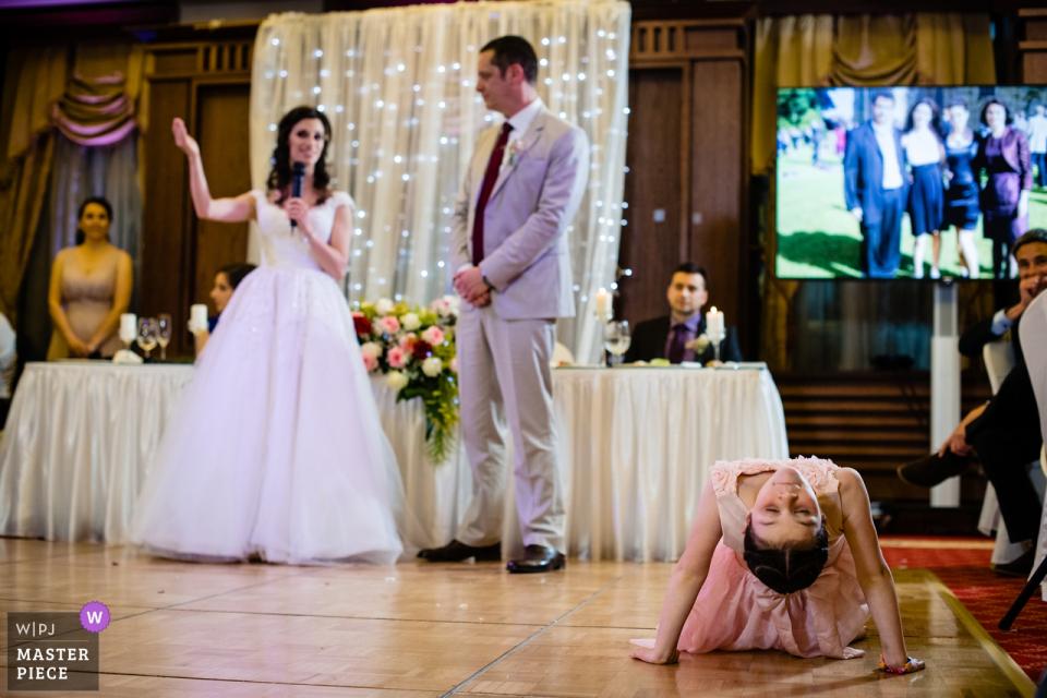 Photographie du lieu de mariage du Grand Hotel Sofia - Une fillette fait du yoga pendant les discours