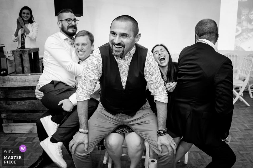 Gäste, die ein Spiel spielen und während des Abendessens im Domaine de la Ruade lachen