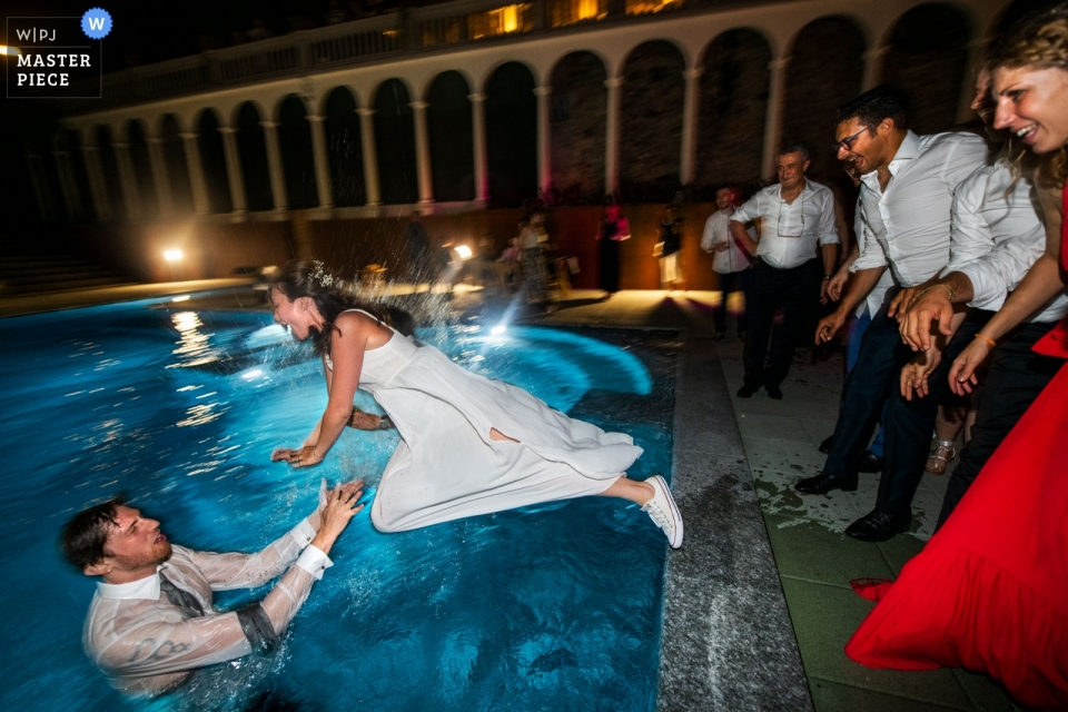 Tenuta Variselle Viverone TO - Zdjęcie momentu lotu panny młodej w basenie z panem młodym