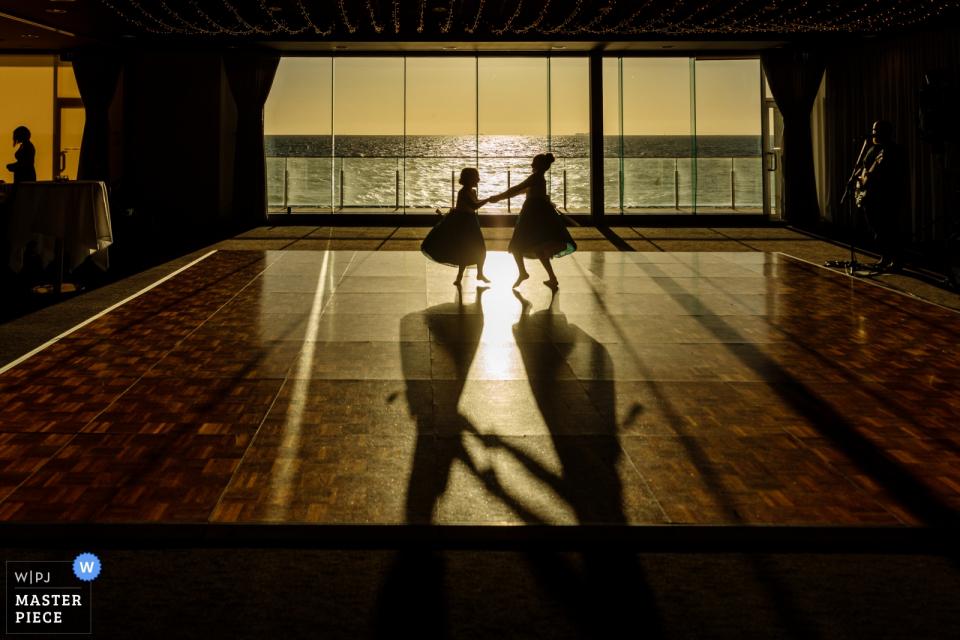 Sandringham Yacht Club - Melbourne Australia Wedding Reportage Photography - Twee bloemenmeisjes dansen in het raam
