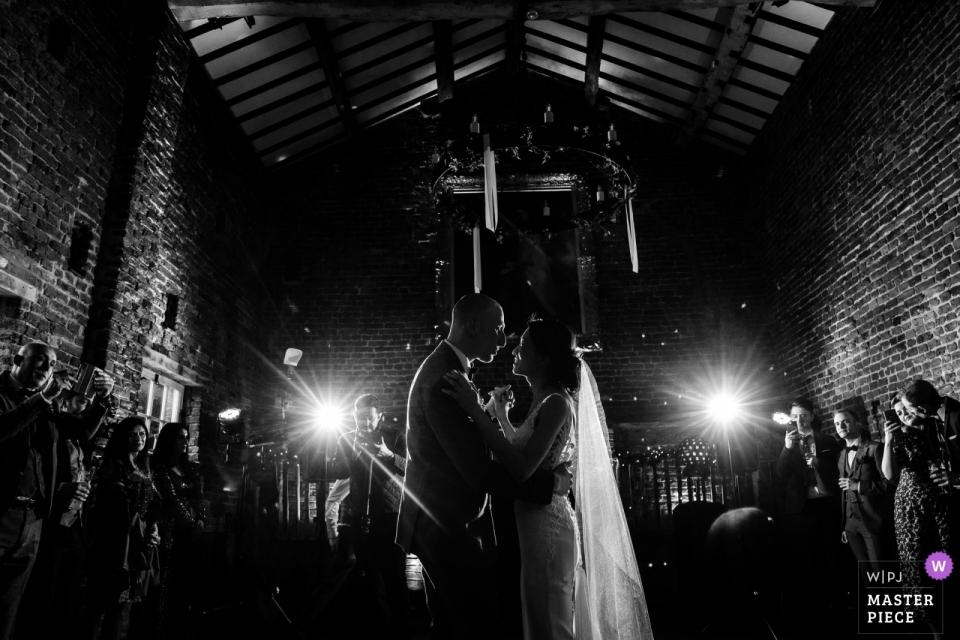 Photos de la réception de mariage de la première danse de Meols Hall en noir et blanc
