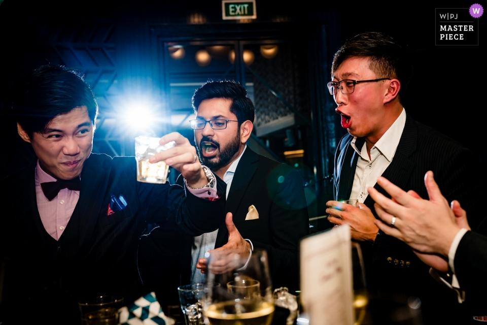 Ein Bräutigam genießt einige Zeit mit seinen Freunden, die Wein am Schwan-Restaurant trinken.