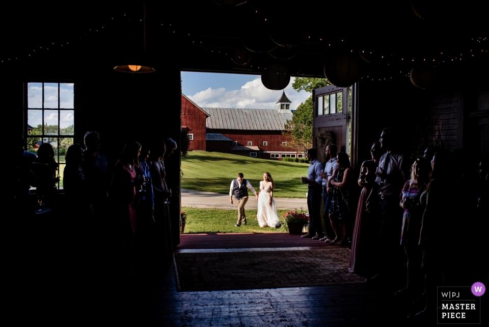 Hochzeitsfotograf für East Burke, VT - Inn at Mountain View Farm | Das Brautpaar wird an der Rezeption angemeldet