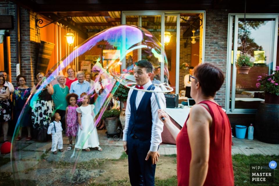 Agriturismo il Vecchio Castagno huwelijksreceptie fotografie van een bruidegom in een bubbel.