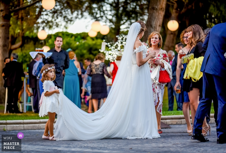 Reception photography at hotel Amaltea - Lorca - Photo of a Girl helping the bride with her dress