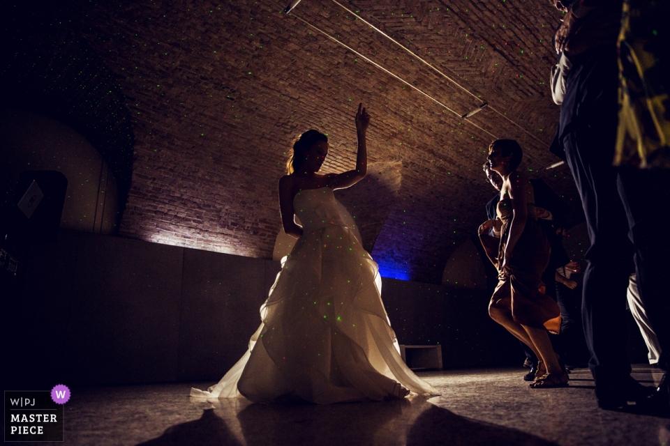 Hochzeitsfotografie vom Empfang in der Villa Zanchi, Stezzano, Italien   endlich wirft sich die braut in die tänze