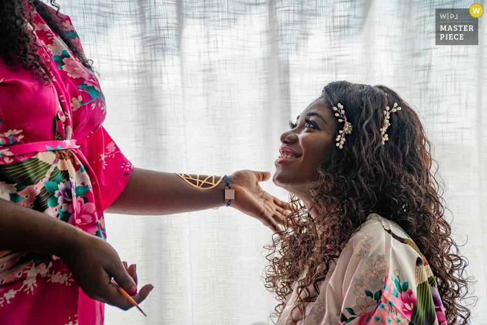 Azul Five Resort Playa del Carmen Hochzeitsfotografie | Braut schaut zu ihrer Schwester vor ihrer Zeremonie auf.