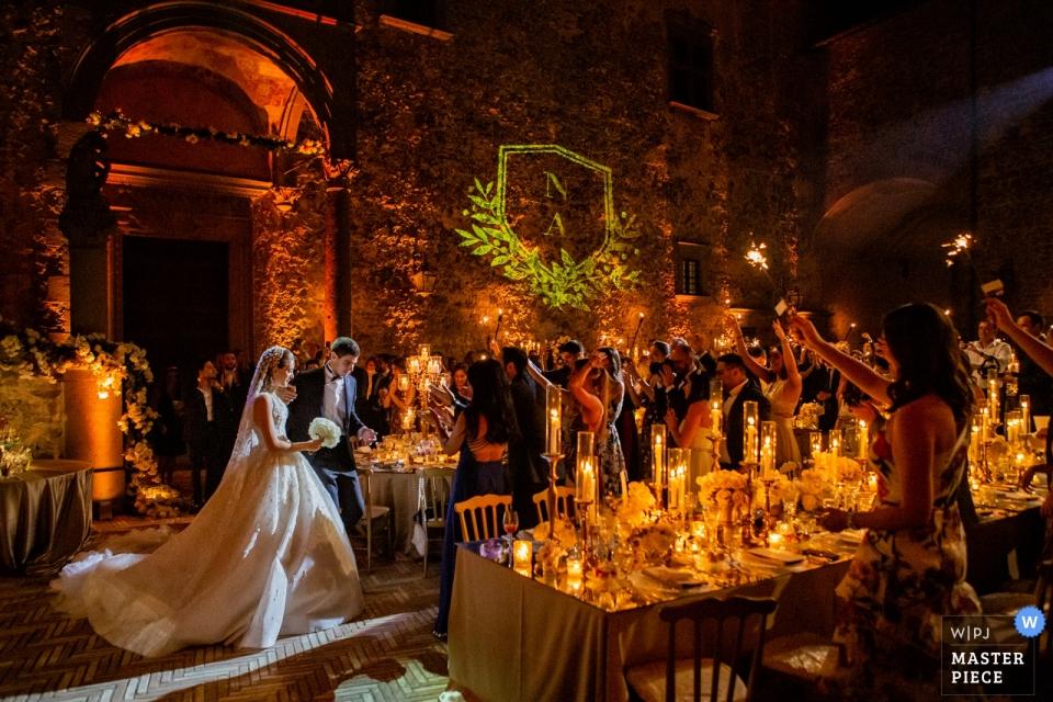 Castello Odescalchi, Rzym | Zdjęcie wejścia panny młodej i pana młodego na kolację weselną.