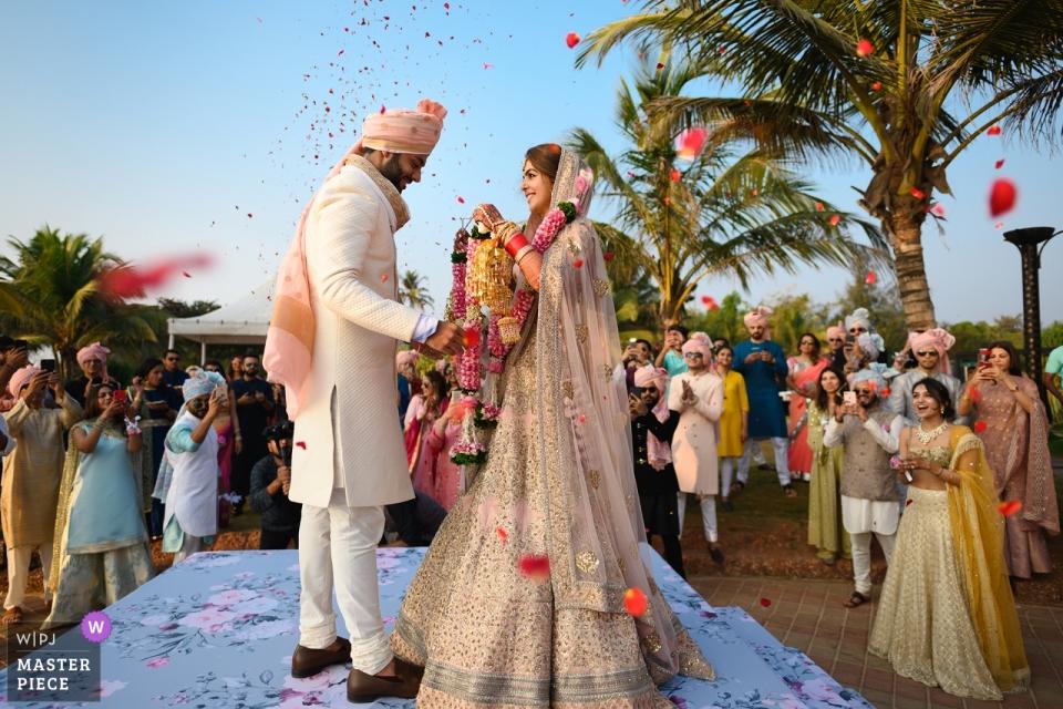 Holiday Inn, Goa, Indien Hochzeitsfeier Fotograf | Während des Girlandenwechsels bei einer indischen Hochzeit.