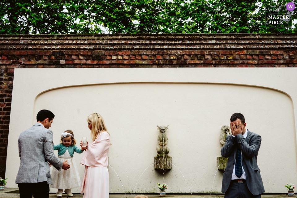 Arley Hall, Cheshire Hochzeitsreportage Fotografie von Gästen, die Verstecken spielen