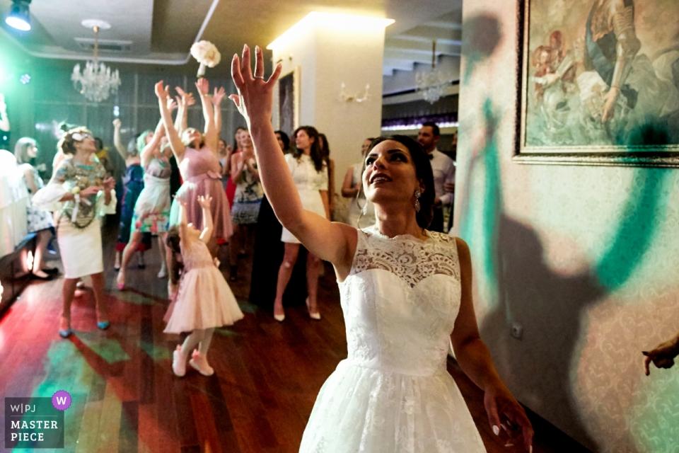 Restaurant Faborge, Sofia, Bulgarie photographie de lieu de mariage | un bouquet de mariée