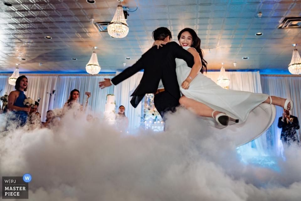 Mon Amour宴会(接待地点) - 从有雾的舞池与新娘和新郎的第一次舞蹈婚礼摄影
