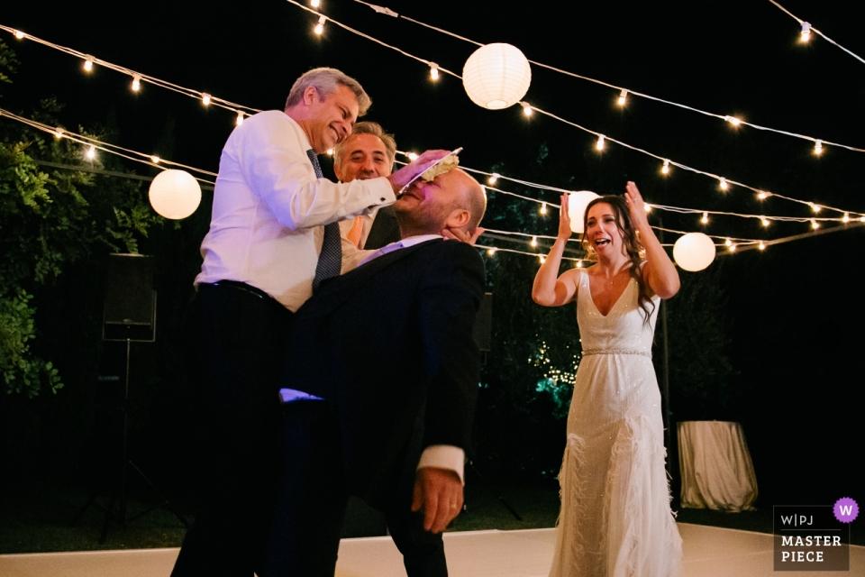 villa cimbrone ravello hochzeitsempfang fotografie des bräutigams kuchen in seinem gesicht als die braut schaut auf