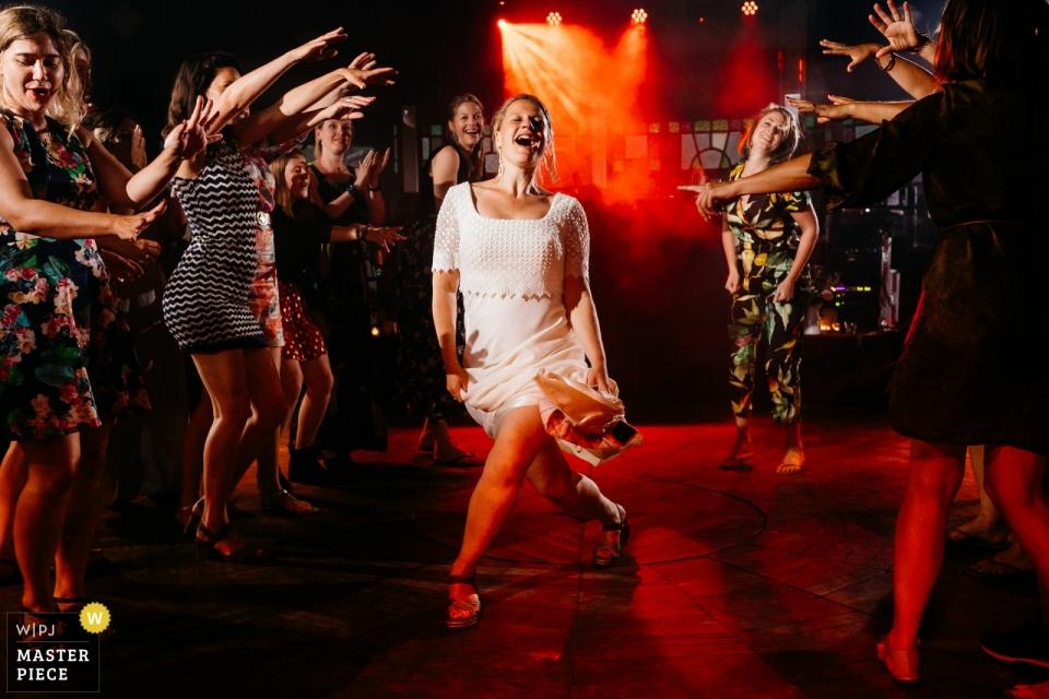 Nederland Receptie Feestlocatie - Fotografie van een bruid die met haar vrienden danst