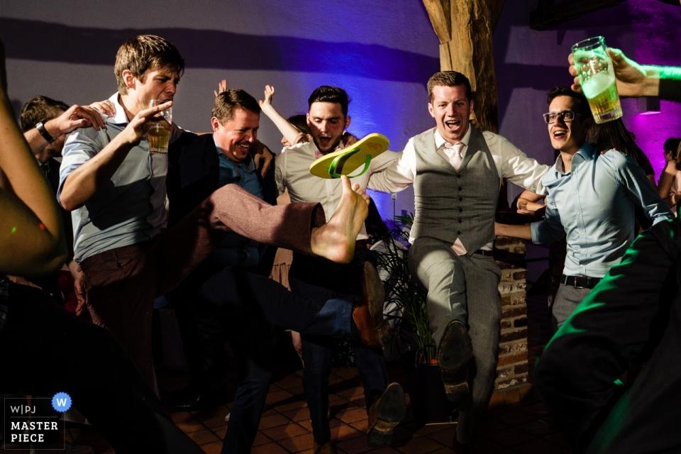 Photographie de réception de mariage à Hof Ter Musschen Brussels - Chaussures volantes
