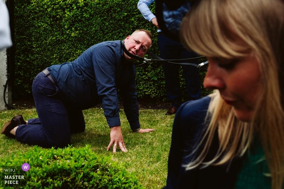Fotografie bei Bowden Rooms, Manchester - Hochzeitsgäste während der Empfangsparty draußen auf dem Gras