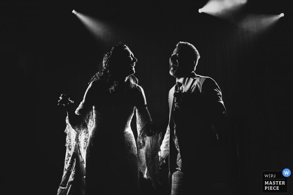 Huwelijksfotografie uit het Marriot Asia Hotel in Istanbul - Het paar dat op de achtergrondverlichting danst