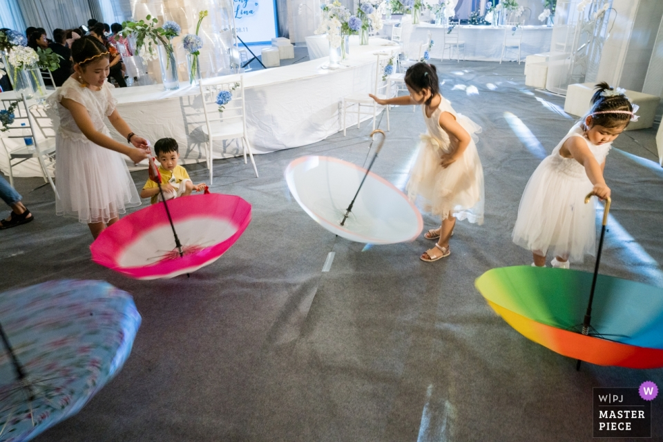 Dezhou Regal Kangbo Hotel Wedding Day Photography - The revolve game, kids, children, fun, reception, umbrellas, dance, flower, girls, dresses