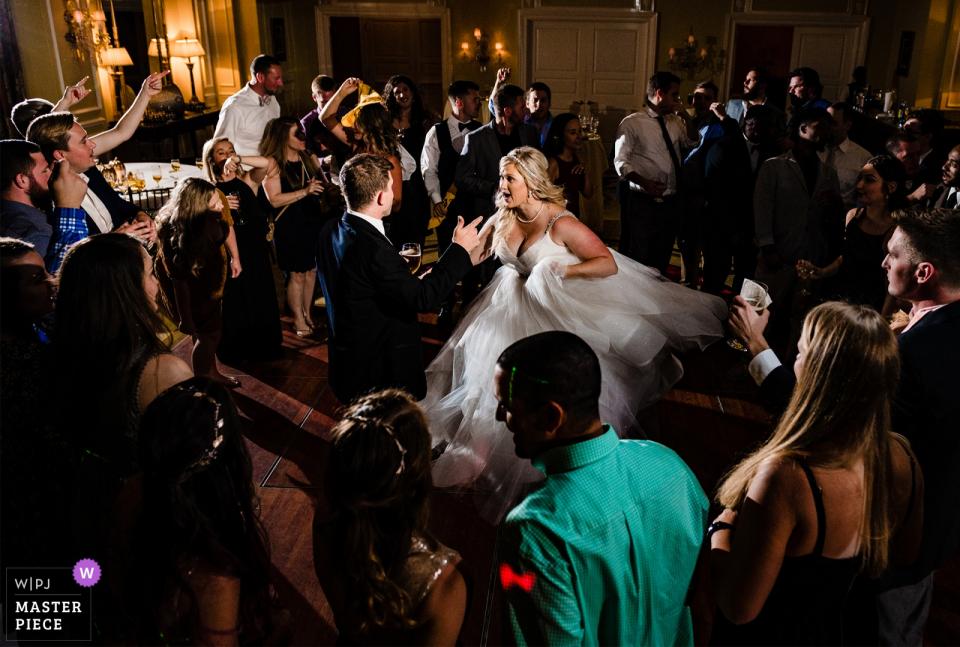 Fotografia del luogo di nozze del NC di Charlotte City Club - Gli sposi ballano durante il loro ricevimento.