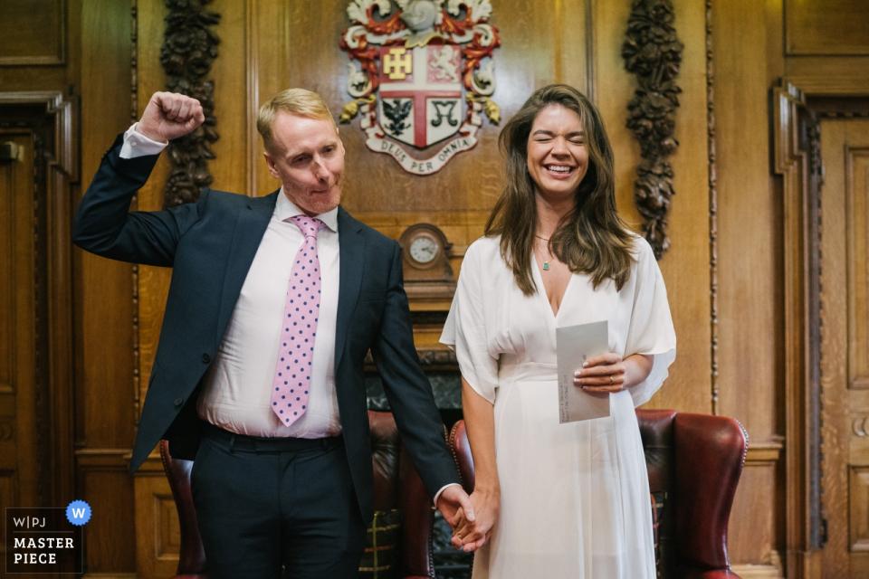 Hochzeitsfotografie von Islington Town Hall, London, UK   Bräutigam, der nach dem Heiraten feiert
